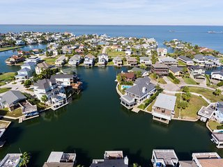 One of the largest lagoons in Jamaica Beach w/ direct access to Galveston Bay!