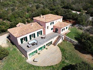 Terrasse 90 m2 en bois exotique avec vue 180° sur Sainte Baume, Mont Aurélien et Sainte Victoire.
