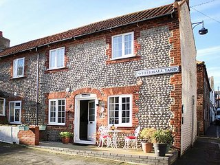 CAPTAIN'S COTTAGE, end-terrace, centre of town, romantic bedroom en-suite, in Sheringham, Ref 935393