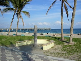 Ground Floor Unit, Steps to Beach & Restaurants, Deerfield Beach