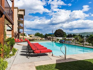 Ground-floor condo with shared pool/hot tub and views of the lake and mountains!