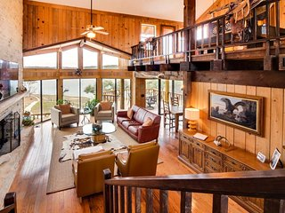 Gorgeous lodge on Lake Travis w/ a shared pool, marina, & more!, Lago Vista