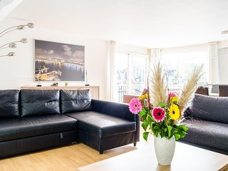 Spacious Houseboat Anita apartment in Oostelijk havengebied with WiFi & private