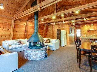 Beautiful cabin home w/ wood-burning fireplace, deck, & gas grill!