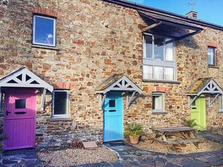 STABLES BARN, over three floors, country and coast views, on-site facilities, Marhamchurch, Ref 942616
