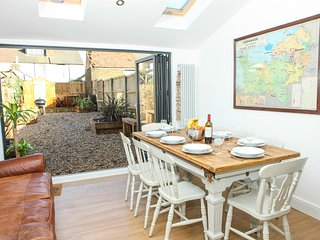 Pebble House - sleeps 8, Whitstable