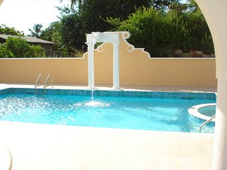 Upscale holiday apartment, quiet road, pool, close to golf club (Springcourt)