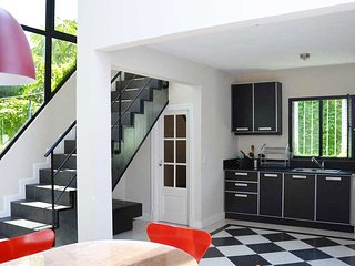 Contemporary Four Bedroom House With Private Rooftop Terrace and BBQ