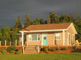 Cozy 2 Bedroom / 1 Bath cottage, huge deck with view, close to Brackley Beach.