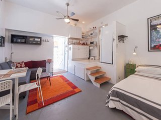 Venice Beach huge studio apt with sunny private patio close to Abbot Kinney, Marina del Rey