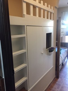 Habitación 2, con casita de madera para los más pequeños y cama indivual