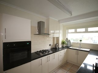 1 Bed GF  sleeps 2 with private parking and WIFI, Pets welcome, Town only 5 mins