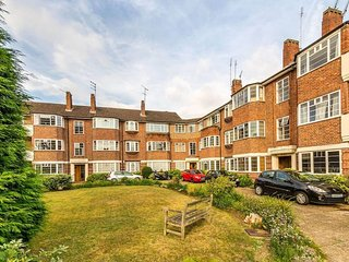 Perfect 2 Bedroom Flat by Richmond Bridge. Light clean and spacious with parking