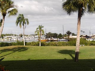 Island of Venice Waterview Newly Remodeled Condo, private patio, 5 beaches