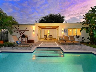 'Safe & Clean' Tulip House Enchanting Family Pool Home- 1 mile to Siesta Key