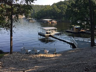 LIQUID THERAPY - 4 BDRM 2 BA Waterfront Home. EXCELLENT COVE; CLOSE TO TOWN, Lake Ozark