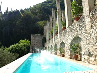 Villa Le Ravere, traditional Limonaia (1700s) with stunning views, private pool, Gargnano