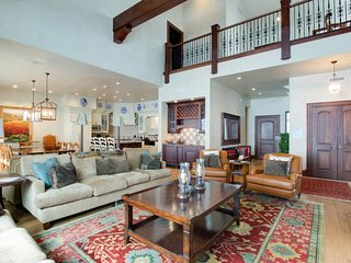 Gorgeous, expansive ski-in/ski-out home w/ views, jetted tub, and hot tub