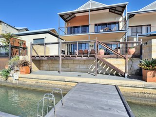 The jetty townhouse on the canals - Waterfront property - FREE WiFi.