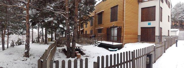 Vista del jardin tras una bonita nevada.