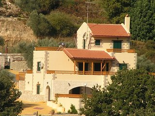 Villa Fouli - 3 bedroom villa with PRIVATE pool - views - Cretan hospitality, Rethymnon