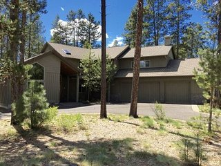 Gorgeous 5 Bedroom/5 Bathroom Pet-Friendly Home w/Hot Tub, A/C, Bikes & More!, Sunriver
