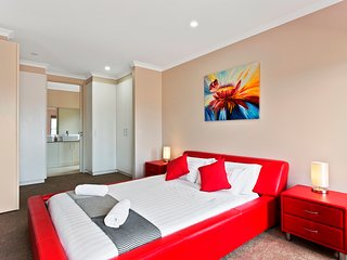 POINT COOK VILLAS - MELBOURNE, Brand New and Modern, 5 Bdrm, 25min to CBD