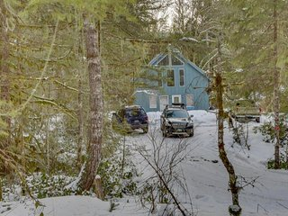 Dog-friendly cabin in the woods with private hot tub, perfect for relaxing!