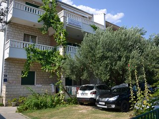 Apartment A3 (6+2) has 75m2, 3 rooms, 3 toilets, terass, cloase to town Omis, ni