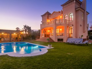 Montecarlo villa with salt water heated pool, outside bbq area
