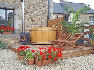 Holiday rental Dinan Brittany, Private HOT TUB, Red house gites, Trefumel