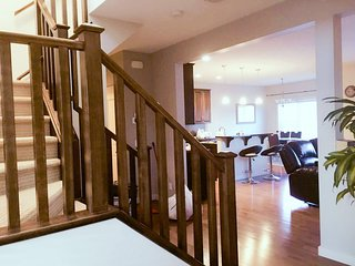 BRIGHT/ COZY LUXURY HOUSE IN NW.4 bedrooms. MINUTES TO AIRPORT., Calgary