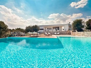 * Superb Upscale Villa with pool and great seaview *