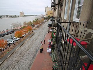 Overlooking Riverstreet, Free private Parking, free WiFi, Savannah