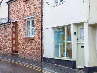 1 ANCHOR STREET, seaside location, courtyard garden, WiFi, harbour 5 mins walk