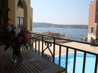Luxury 3BR Apt, Sea View, Beach access, Pool, central AC, free wifi & parking