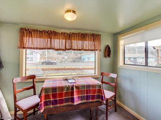 Charming cottage w/central location, mountain views & beach access across street, Rockaway Beach