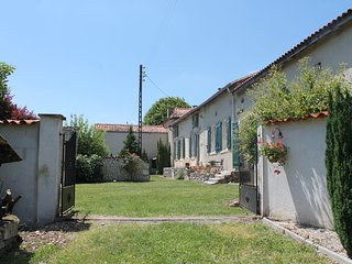 Beautiful 16th Century French Farmhouse with private pool and spectacular views!, Aubeterre-sur-Dronne
