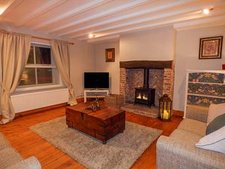 EDENDALE, end terraced, woodburning stove, WiFi in Longframlington, ref 951057