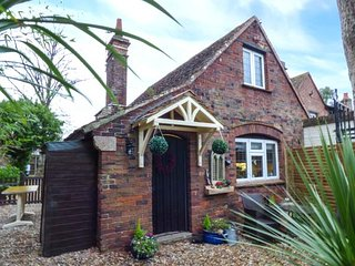 THE COTTAGE, romantic retreat, open fire, close to the beach, near Ryde, Ref 951