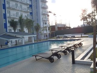 Manila (QC) condo with balcony, WIFI,  a big shopping Mall & swimming pools