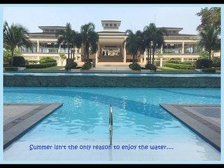 Manila (QC) condo with balcony, WIFI,  a big shopping Mall & swimming pools