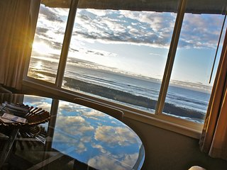 'Surf du Soleil' Bright Fun Beach Themed Condo, Lincoln City