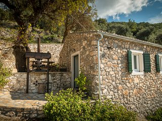 Castelli Olive Press -Traditional small stonehouse, Acharavi