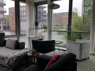 Great, yet relaxed family house on canal 15 min from center Amsterdam