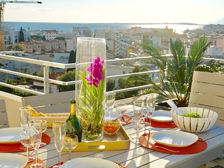 Penthouse Top Floor Ocean View Walk to All, Juan-les-Pins
