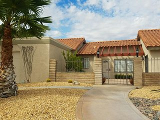 ***NEWLY REMODELED HOUSE ON GOLF COURSE CLOSE TO PALM SPRINGS**, Desert Hot Springs