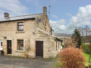 WOODS VIEW COTTAGE, semi-detached, woodburning stove, flexible accomodation, near Matlock, Ref 936892