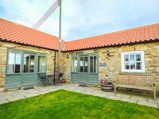 SHEEP PEN COTTAGE, barn conversion, both bedrooms en-suite, all ground floor, private garden, nr Durham, Ref 946713