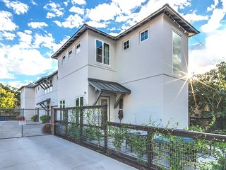 Luxury Townhome - Pearl Brewery and Riverwalk! - No Booking Fee! Call Today!